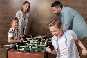 Familie spielt Tischfussball
